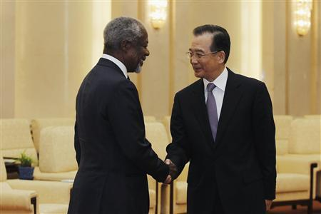 Former U.N. Secretary-General Kofi Annan (L) shakes hands with Chinese Premier Wen Jiabao (R) at the Great Hall of People in Beijing March 27, 2012. International envoy Annan said on Tuesday that Syria had accepted a U.N. peace proposal calling for a ceasefire but efforts had to be deployed to implement it. REUTERS/Lintao Zhang