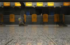 Пустые стойки прохождения контроля компании Lufthansa в аэропорте во Франкфурте-на-Майне, 27 марта 2012 года. Немецкая авиакомпания Lufthansa во вторник отменила около 400 рейсов в крупнейших аэропортах Германии из-за забастовки рабочих, требующих повышения зарплаты. REUTERS/Kai Pfaffenbach