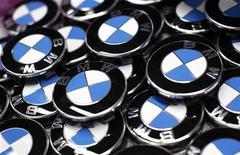 """Логотипы BMW  на заводе в Дингольфинге (Германия), 6 марта 2012 года. BMW AG, крупнейший в мире производитель автомобилей класса """"люкс"""", отзывает около 1,3 миллиона машин по всему миру из-за риска возгорания проводки. REUTERS/Michaela Rehle"""