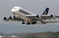 Самолет Airbus A380 авиакомпании Singapore Airlines приземляется в аэропорте в Цюрихе, 21 марта 2012 года. Самолет Airbus A380 авиакомпании Singapore Airlines вернулся в аэропорт Сингапура после трех часов полета из-за неожиданно обнаружившихся проблем в двигателе. REUTERS/Arnd Wiegmann