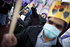 Представители иранской оппозиции митингуют у штаб-квартиры ООН в Женеве 6 декабря 2010 года. Иран и шесть ведущих мировых держав могут в ближайшие недели возобновить переговоры о спорной ядерной программе Исламской республики, сообщили во вторник дипломатические источники. REUTERS/Valentin Flauraud