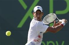Novak Djokovic, da Sérvia, durante partida contra Viktor Troicki no Aberto Sony Ericsson em Key Biscayne, na Flórida. 26/03/2012  REUTERS/Andrew Innerarity