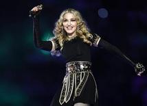 """<p>Foto de archivo de la estrella del pop Madonna durante su presentación en el Super Bowl en Indianapolis, feb 5 2012. La música no cesa para la estrella del pop Madonna, y tampoco la controversia, en un momento en el que la reina del pop de 53 años vuelve a la palestra con su último álbum, """"MDNA"""". REUTERS/Jeff Haynes</p>"""