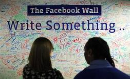 Pessoas observam uma parede nos escritórios do Facebook em Nova York, 2 de dezembro de 2011. A maior parte do mundo está interconectada graças aos recursos de e-mail e de redes sociais como o Facebook e Twitter, de acordo com uma nova pesquisa divulgada na terça-feira. REUTERS/Eduardo Muñoz