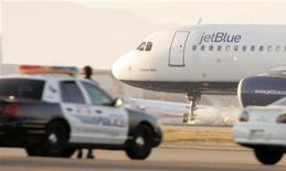 Самолет JetBlue приземляется в аэропорту Лос-Анджелеса, 21 сентября 2005 года. Самолет авиакомпании JetBlue совершил вынужденную посадку в Техасе по причине, которую федеральные власти назвали как неадекватное поведение капитана воздушного судна. REUTERS/Robert Galbraith