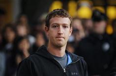 Исполнительный директор Facebook Марк Цукерберг общается с репортерами перед Гарвардским университетом в Кембридже, 7 ноября 2011 года. Марк Цукерберг хочет получить не менее $5 миллиардов от инвесторов Уолл-стрит, однако не торопится встретиться с ними лицом к лицу. REUTERS/Brian Snyder