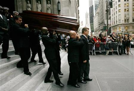 Pallbearers carry the casket of New York socialite and philanthropist Brooke Astor after a funeral service at St. Thomas Church in New York August 17, 2007. REUTERS/Jeff Zelevansky