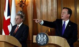 Премьер-министр Великобритании Дэвид Кэмерон (справа) выступает на пресс-конференции по вопросу проведения Олимпийских игр в Лондоне, 28 марта 2012 года. Сирийские спортсмены смогут принять участие в Олимпийских играх в Лондоне, но ни один из сирийских чиновников, подверженных запрету на въезд в страны ЕС, не сможет присутствовать на состязаниях, заявил в среду британский премьер-министр Дэвид Кэмерон. REUTERS/Kerim Okten/pool