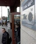 Люди выходят из здания офиса компании ТНК-ВР в Москве, 20 марта 2008 года. Третий нефтедобытчик в РФ компания ТНК-ВР зовет инвесторов совместно строить газовые электростанции в надежде сократить свои расходы на электроэнергию, говорится в ее презентации. REUTERS/Sergei Karpukhin