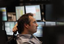 """Трейдер работает в торговом зале Франкфуртской фондовой биржи, 2 января 2012 года. Европейские рынки акций открылись снижением котировок.     К 11.02 МСК панъевропейский индекс """"голубых фишек"""" FTSEurofirst 300 снизился на 0,16 процента до 1.070,77 пункта. REUTERS/Ralph Orlowski"""