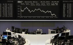 Трейдеры работают в зале Франкфуртской фондовой биржи, 28 марта 2012 г. Европейские акции снизились до минимума трех недель после серии экономических показателей США, не оправдавших ожиданий. REUTERS/Pawel Kopczynski