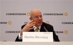 """Исполнительный директор Commerzbank Мартин Блессинг на ежегодной пресс-конференции во Франкфурте-на-Майне, 23 февраля 2012 г. Commerzbank ожидает """"основательную"""" операционную прибыль в 2012 году, а также рост прибыли в 2013 году, сообщил второй по величине банк Германии, в годовом отчете, опубликованном в четверг. REUTERS/Kai Pfaffenbach"""