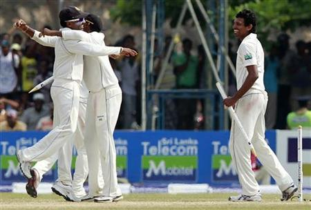 Sri Lanka's captain Mahela Jayawardene (L) celebrates with teammates as Suraj Randiv looks on after they beat England in their first test match in Galle March 29, 2012. REUTERS/Dinuka Liyanawatte