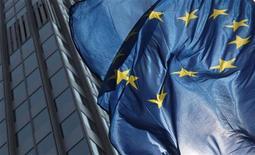 Флаг Евросоюза около здания ЕЦБ во Франкфурте-на-Майне, 4 августа 2011 года. Министры финансов еврозоны готовы повысить объединенную кредитоспособность двух фондов помощи блока в пятницу, а дальнейшее ускорение взносов в постоянный фонд позволит ему быстрее достигнуть максимальной мощности, свидетельствует проект заявления Еврогруппы. REUTERS/Ralph Orlowski (GERMANY - Tags: BUSINESS)