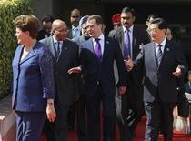 Президент России Дмитрий Медведев (в центре) общается с президентами Китая Ху Цзиньтао (справа) и ЮАР Джейкобом Зумой (второй слева) на саммите БРИКС в Дели 29 марта 2012 года. Лидеры БРИКС потребовали от западных стран предоставить им более значительную долю голосов в Международном валютном фонде, и упрекнули в том, что стимулирующая монетарная политика ставит под угрозу мировую экономическую стабильность. REUTERS/Yekaterina Shtukina/RIA Novosti/Kremlin