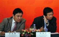Thomas Kwok (R) and his younger brother Raymond Kwok, both Vice Chairman & Managing Director of Sun Hung Kai Properties, listen to a question during a news conference announcing the company's interim results in Hong Kong in this March 11, 2009 file photo. Hong Kong's Independent Commission Against Corruption on March 29, 2012 arrested two senior company executives, identified in the media as Sun Hung Kai Properties tycoon brothers Raymond and Thomas Kwok, for suspected corruption. REUTERS/Bobby Yip/Files