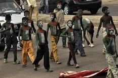 """Юные последователи """"братьев-мусульман"""" участвуют в мирном шествии в городе Кано в Нигерии 26 августа 2011. Влияние движения """"Братьев-мусульман"""" медленно распространялось за пределами Египта всю 84-летнюю историю его существования, но арабские революции расширили """"братьям"""" новые политические горизонты в свете идеи исламского единства, завещанной основателем. REUTERS/Sani Maikatanga"""