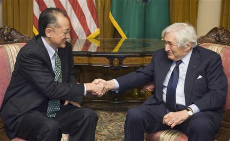 Jim Yong Kim, the U.S. nominee for the World Bank presidency, shakes hands with former World Bank President James Wolfensohn (R) as they meet at the Treasury Department in Washington, March 27, 2012. REUTERS/Jonathan Ernst