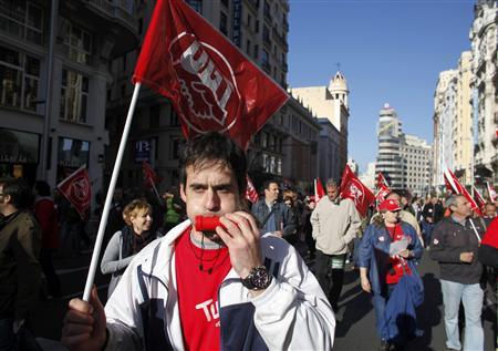Protesters block traffic in Madrid's Gran Via during a general strike in Spain, March 29, 2012. Spanish unions said a high turnout for a general strike to protest government budget cuts and reforms on Thursday had almost brought heavy industry to a halt while the government said the day was proceeding normally. REUTERS/Paul Hanna