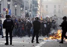 """<p>Affrontements entre manifestants et policiers dans le centre de Barcelone. Au lendemain de la grève générale qui a paralysé une partie de l'Espagne et dégénéré à Madrid et Barcelone, Mariano Rajoy, le président du gouvernement de droite, présente vendredi son projet de budget d'austérité """"très sévère"""". /Photo prise le 29 mars 2012/REUTERS/Gustau Nacarino</p>"""