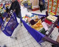 <p>La consommation des ménages français en biens a progressé de 3% en février, un rebond essentiellement à mettre sur le compte de la vague de froid qui a touché la France le mois dernier. /Photo d'archives/REUTERS/Eric Gaillard</p>