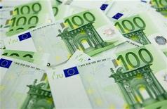 <p>Le déficit public de la France s'est élevé à 5,2% du produit intérieur brut en 2011 (-103,1 milliards d'euros), soit moins que l'objectif de 5,7% du gouvernement, selon les premiers résultats des comptes nationaux publiés vendredi par l'Insee. La dette publique s'élevait à 85,8% du PIB fin 2011, soit 1717,3 milliards d'euros. /Photo d'archives/REUTERS/Laszlo Balogh</p>