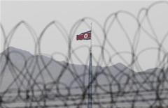 Флаг КНДР развивается на башне, стоящей в демилитаризованной зоне на границе с Южной Кореей, 25 марта 2012 года. Северная Корея запустила две ракеты ближнего радиуса действия с западного побережья в четверг, что может быть частью программы усовершенствования вооружений, сообщили в пятницу СМИ со ссылкой на источники в военных кругах соседа КНДР - Южной Кореи. REUTERS/Yuriko Nakao