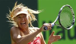 Теннисистка Мария Шарапова выступает на турнире в Ки-Бискейне, 29 марта 2012 года. Россиянка Мария Шарапова вышла в финал турнира Sony Ericsson Open, проходящего в Майами. REUTERS/Kevin Lamarque