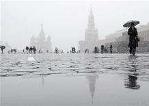 Пешеходы на Красной площади в Москве 14 октября 2007 года. Выходные в Москве будут под стать уходящей неделе - в столице будет пасмурно, сыро и не очень тепло, ожидают синоптики. REUTERS/Yushko Oksana