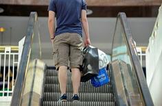 <p>La consommation des ménages américains a progressé de 0,8% en février, sa plus forte hausse en sept mois, en dépit d'une augmentation limitée de leurs revenus, ce qui pourrait remettre en question la prévision d'un ralentissement marqué de la croissance au premier trimestre. /Photo d'archives/REUTERS/Mike Theiler</p>