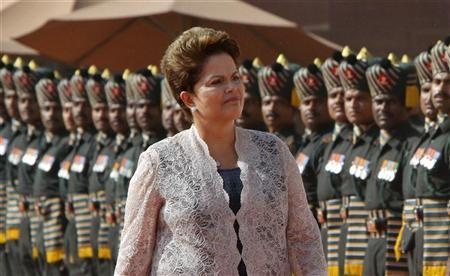 Brazil's President Dilma Rousseff inspects a guard of honour during her ceremonial reception at the presidential palace in New Delhi March 30, 2012. REUTERS/B Mathur