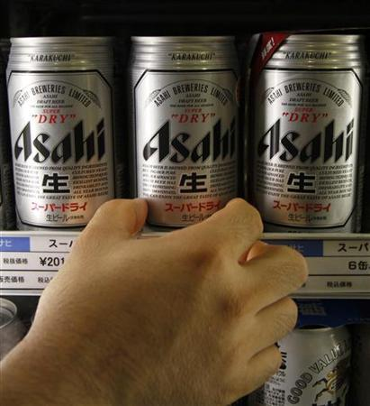 A man reaches for a can of Japan's Asahi Breweries Super Dry beer at a liquor shop in Tokyo August 18, 2011. REUTERS/Toru Hanai