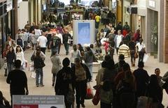 <p>Le moral des consommateurs américains a rebondi en mars pour atteindre son plus haut niveau depuis plus d'un an, l'optimisme suscité par l'évolution de l'emploi et des revenus compensant l'impact de la hausse des prix à la pompe, selon les résultats définitifs de l'enquête mensuelle Thomson Reuters-Université du Michigan. /Photo d'archives/REUTERS/Fred Prouser</p>
