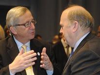 <p>Jean-Claude Juncker (à gauche, ici avec le ministre irlandais des Finances Michael Noonan) a abrégé vendredi une réunion de l'Eurogroupe qu'il préside, laissant ouvert le débat sur sa succession et la possible entrée de son compatriote luxembourgeois Yves Mersch au directoire de la Banque centrale européenne. /Photo prise le 30 mars 2012/REUTERS/Fabian Bimmer</p>
