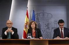 <p>Cristobal Montoro, ministre du Budget espagnol, Soraya Saenz de Santamaria, vice-présidente et porte-parole du gouvernement et José Manuel Soria, ministre de l'Industrie, du Commerce et du Tourisme (de gauche à droite), lors d'une conférence de presse à Madrid. Le gouvernement espagnol a présenté vendredi un projet de budget draconien pour 2012 dans l'espoir de réduire son déficit budgétaire et d'apaiser les marchés obligataires. /Photo prise le 30 mars 2012/REUTERS/Andrea Comas</p>