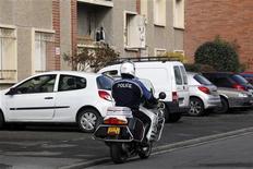 <p>Devant l'immeuble toulousain où Mohamed Merah a été tué, la semaine dernière. Les ministres de l'Intérieur et de la Défense, Claude Guéant et Gérard Longuet, ont refusé vendredi l'audition par le Sénat des directeurs des services de renseignement après les tueries de Montauban et de Toulouse, qui ont fait sept morts. /Photo prise le 23 mars 2012/REUTERS/Jean-Paul Pélissier</p>