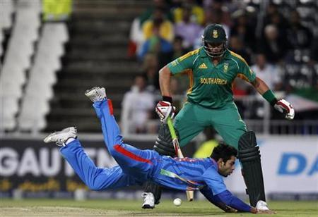 South Africa's Jacques Kallis (back) looks on as India's vice captain Virat Kohli misses a catch during their one-off Twenty20 international cricket match in Johannesburg March 30, 2012. REUTERS/Siphiwe Sibeko