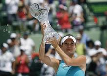 Agnieszka Radwanska, da Polônia, ergue seu troféu após derrotar a russa Maria Sharapova na final do Masters de Miami, em Key Biscayne, Flórida. 31/03/2012 REUTERS/Andrew Innerarity