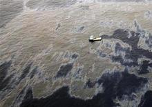 An aerial view shows oil that seeped from a well operated by Chevron at Frade, on the waters in Campos Basin in Rio de Janeiro state November 18, 2011. The head of Brazil's oil regulator, the ANP, said on Monday that only Chevron, and not its partners, Petrobras and Japanese group Frade Japao, would be fined for the spill. Chevron is being fined about $28 million and is the subject of a federal police probe. REUTERS/Rogerio Santana/Handout