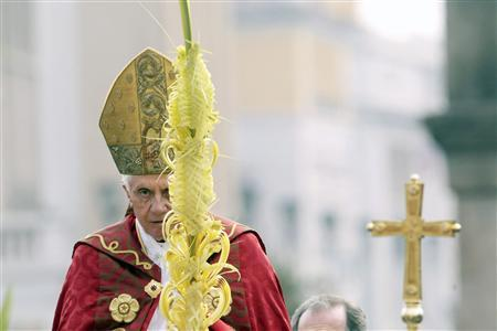 Pope Benedict XVI arrives to lead the Palm Sunday mass in Saint Peter's Square at the Vatican April 1, 2012. REUTERS/Stefano Relandini
