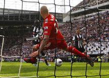 Papiss Cisse (C), do Newcastle United, marca seu segundo gol, enquanto Martin Skrtel, do Liverpool, tenta bloquear a bola, em partida da liga inglesa em Newcastle, Inglaterra. 01/04/2012 REUTERS/David Moir