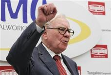 """Berkshire Hathaway Chairman Warren Buffett shouts the slogan """"Never give up, Iwaki"""" in Japanese, in response to a request from a local television reporter that he do so, at the end of his news conference after the opening ceremony of Tungaloy Corp's new plant in Iwaki, Fukushima Prefecture November 21, 2011. REUTERS/Kim Kyung-Hoon"""