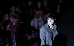 U.S. actor Ashton Kutcher arrives for Colcci's Winter 2012 collection during Sao Paulo Fashion Week January 22, 2012. REUTERS/Nacho Doce