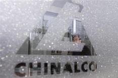 Логотип Chalco на входе в офис компании в Пекине, 26 марта 2010 года. Китайский алюминиевый гигант Aluminium Corp of China Ltd (Chalco) договорился о приобретении за $926 миллионов контрольного пакета акций монгольской угледобывающей компании SouthGobi Resources у Ivanhoe Resources. REUTERS/Christina Hu