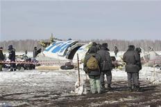 Спасатели и сотрудники правоохранительных органов на месте крушения самолета ATR 72 авиакомпании Ютэйр под Тюменью 2 апреля 2012 года. Пассажирский самолет авиакомпании Ютэйр рухнул в понедельник под Тюменью, погиб 31 человек, 12 выжили, сообщило МЧС. REUTERS/Emergencies Ministry Press Service/Handout