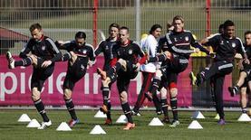 Ivica Olic, Danijel Pranjic, Anatoliy Tymoshchuk, Franck Ribery, Nils Petersen e Luiz Gustavo do Bayern de Munich aquecem antes de sessão de treinamento em Munique.O Bayern não terá moleza para chegar à sua segunda semifinal da Liga dos Campeões em três anos, apesar de ter vencido o Olympique de Marselha fora de casa por 2 x 0 na semana passada. 02/04/2012  REUTERS/Michaela Rehle