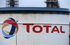 <p>Total ne prévoit pas de réviser ses objectifs en matière d'investissements et de dividende après la fuite de gaz survenue sur l'une de ses plates-formes en mer du Nord, dont il se refuse toutefois à chiffrer l'impact futur. /Photo d'archives/REUTERS/Pascal Rossignol</p>