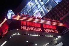 """<p>Imagen de archivo de un anuncio de la cinta """"The Hunger Games"""" en el teatro Lincoln Square de Nueva York, mar 22 2012. Los espectadores mostraron un gran apetito por ver """"Hunger Games"""" durante el fin de semana y el gran éxito de la película añadió 95,9 millones de dólares en ventas de entradas a nivel mundial y aumentó su total global a 365 millones de dólares desde su debut. REUTERS/Allison Joyce</p>"""