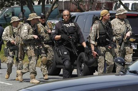 Officers leave the site of a multiple shooting in Oakland, California, April 2, 2012. REUTERS/Beck Diefenbach REUTERS/Beck Diefenbach