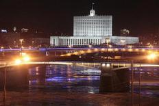 """Белый дом в Москве перед Часом Земли 26 марта 2011 года. Минэкономразвития РФ ищет источники инвестиций для программы инновационного развития экономики в фонде национального благосостояния, а Минфин не спешит разбивать """"копилку"""" как минимум до 2014 года. REUTERS/Alexander Natruskin"""